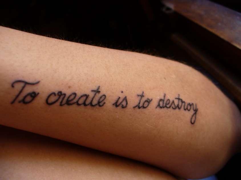 la moda delle scritte tatuate
